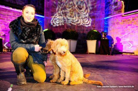 Foto Frau mit zwei Hunden