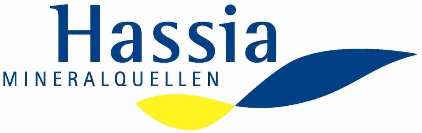 Logo Hassia Mineralquellen :: Wellenartiges Design in dunkelblau und gelb, Schriftzug Hassia Mineralquellen.