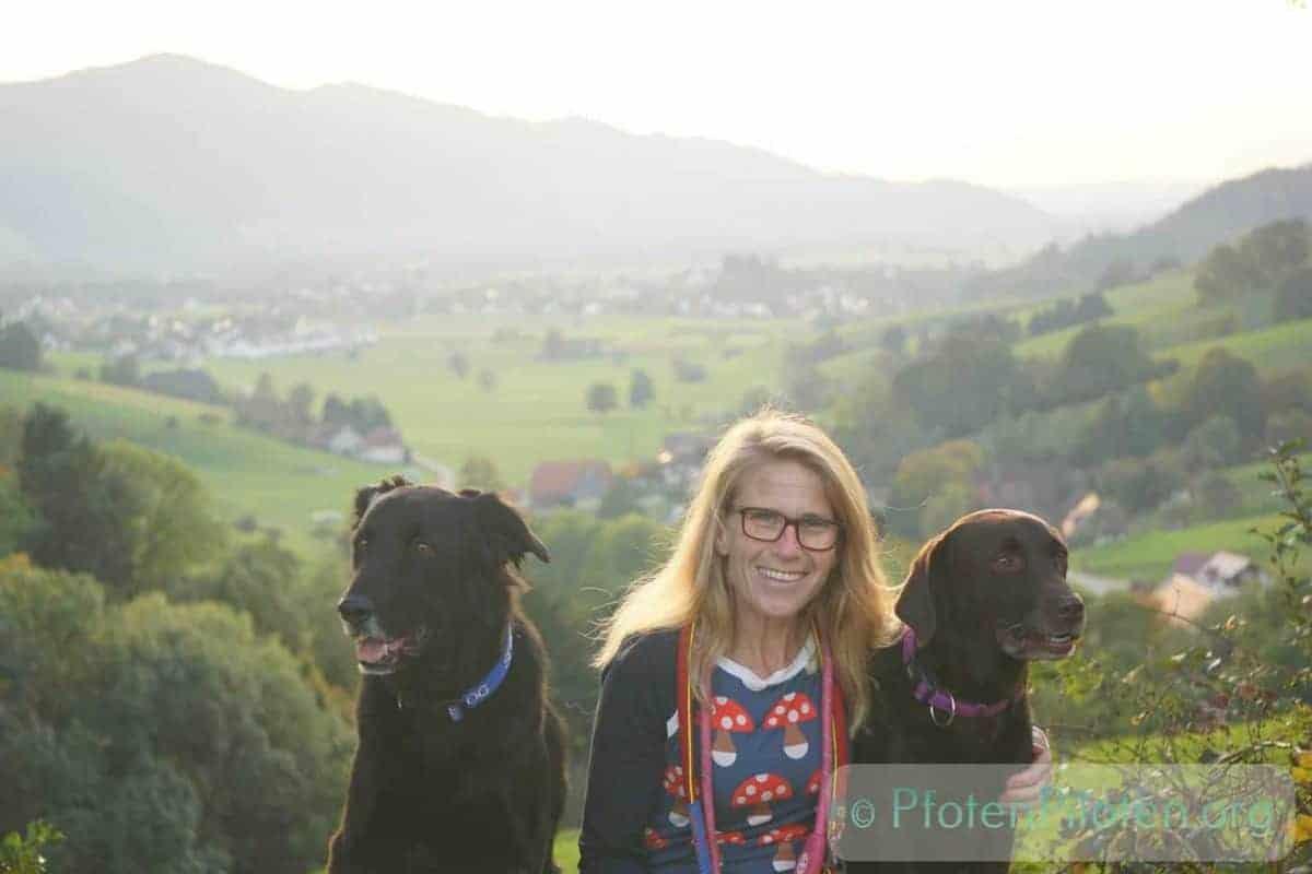 Foto Frau mit zwei schwarzen Hunden