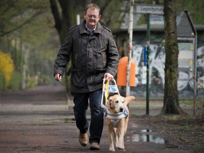 Foto Mann mit Führhund