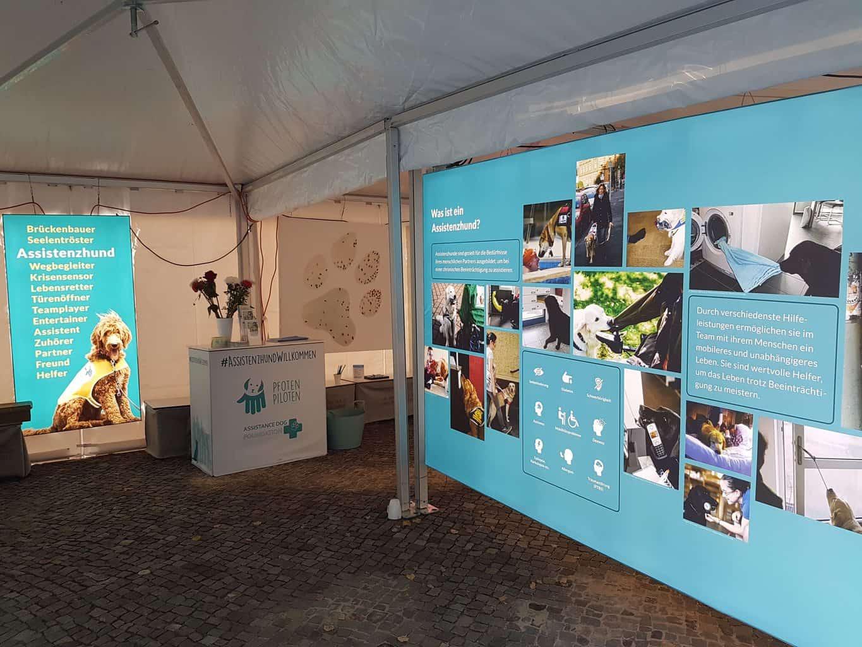 Foto der Assistenzhunde-Ausstellung :: Auf dem Foto sieht man die Fotowände der Ausstellung Assistenzhunde der Pfotenpiloten.