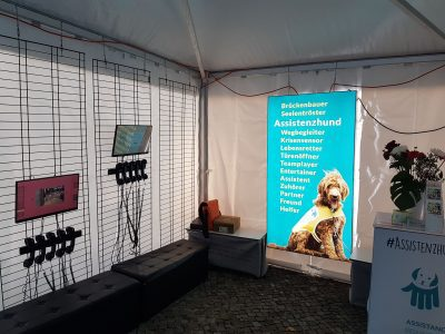 Foto Ausstellung Assistenzhunde Leuchttafel Assistenzhund
