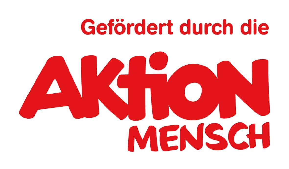 Logo Aktion Mensch :: Rote Schrift: Gefördert durch die Aktion Mensch auf weißem Hintergrund.