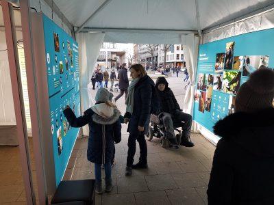 Foto Ausstellung mit Besuchern