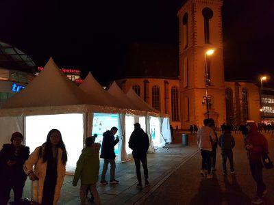 Foto Beleuchtete Ausstellungszelte abends