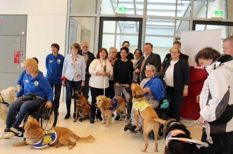 Gruppenfoto Assistenzhundteams und -organisationen mit der parl. Staatssekretärin Anette Kramme