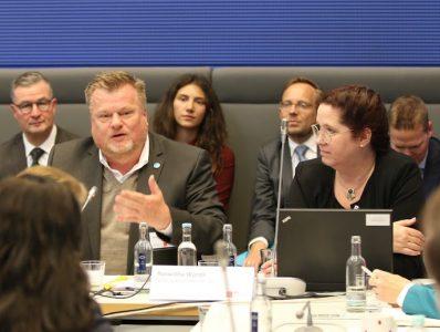 Foto Ausschnitt der Teilnehmer des Podiums bei der Veranstaltung zum Thema Assistenzhunde im Bundestag