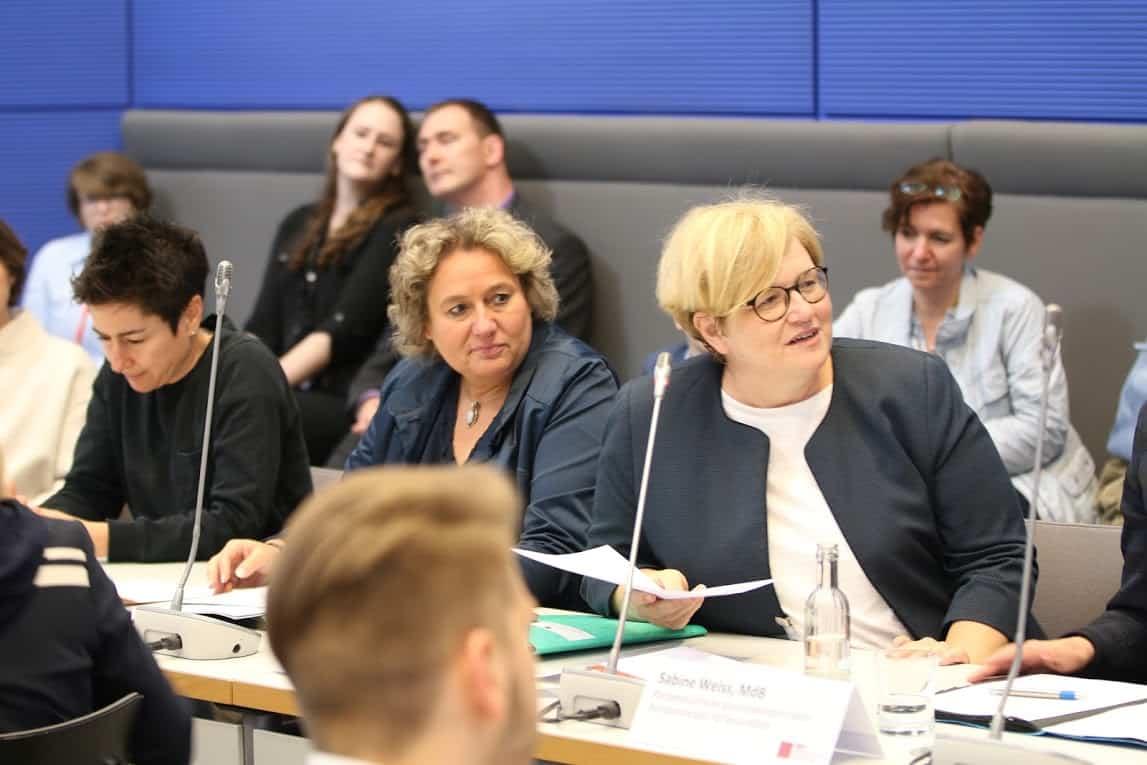 Podiumsausschnitt der Informationsveranstaltung für Assistenzhundteams im Bundestag :: Auf dem Foto sieht man einen Ausschnitt des Podiums der Informationsveranstaltung für Assistenzhundteams im Bundestag.