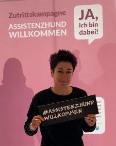 Dunja Hayali mit Schild #AssistenzhundWillkommen