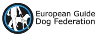 Logo European Guide Dog Federation :: Rechts ist in einem blauen Kreis ein Blindenführhund/Blindenhund, der von einem Menschen geführt wird. Rechts daneben steht European Guide Dog Federation.