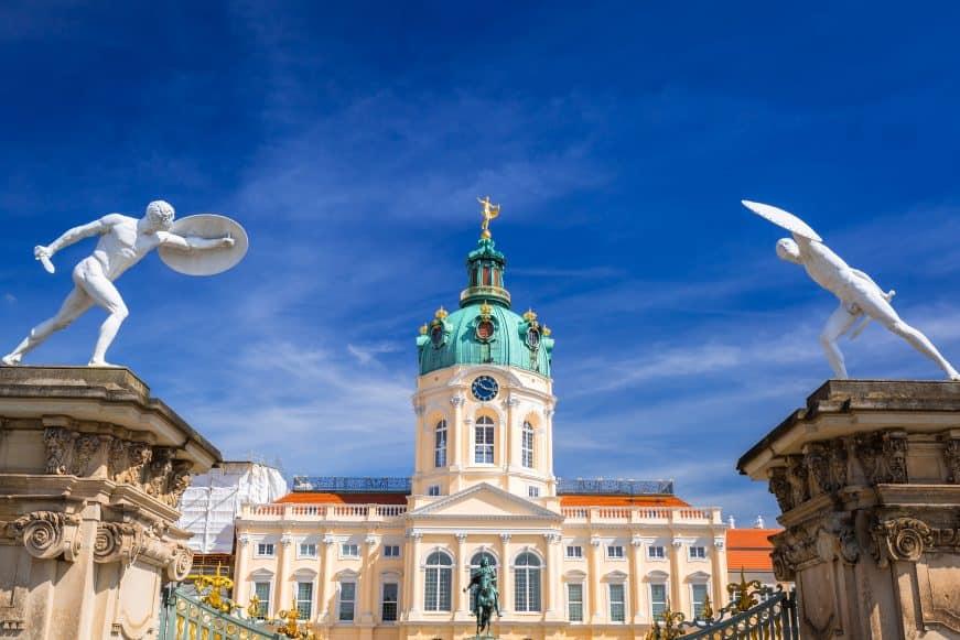Charlottenburger Schloss, eingerahmt von zwei Statuen