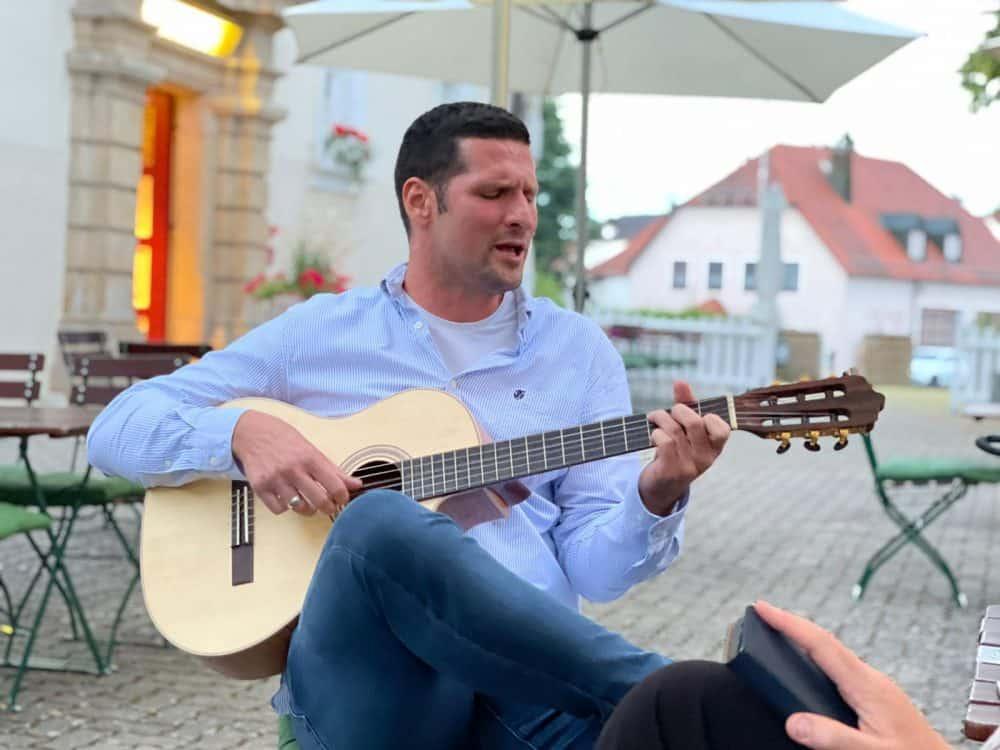 Peter Levay an der Gitarre