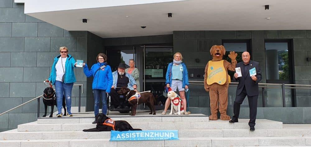 Auf der Treppe des Warsteiner Rathauses von rechts nach links: Dr. Schöne, der Warsteiner Bürgermeister, Benji, Manja mit Mascha, Dirk mit Urmel, Julia mit Samu und Heike mit Anton.
