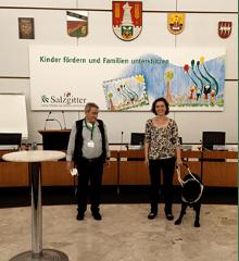 li: H.-W. Eisfeld, re: Dr. H. Reuter und Blindenführhündin Daika